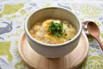 味付けは、白だしだけというシンプルさ。ふんわりとした溶き卵の美味しさが引き立ちます。 青ネギをたっぷりとのせて、風味もアップ。パパッと作れるので、残りご飯を利用して朝食にもいいですね。