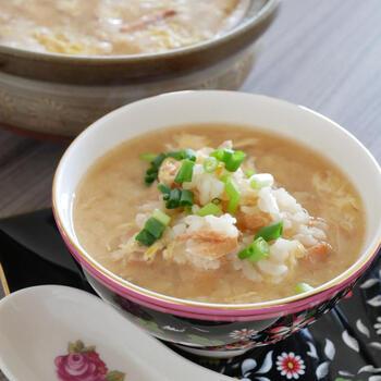 ちゃんちゃん焼きがあるように、鮭と味噌の相性は抜群。 そんないい関係の具材と出汁ベースでつくる秋鮭の味噌雑炊は、どこか懐かしい味わいがしそう。鮭を焼いて余ったときにも、手軽に活用できるとおすすめなのだそう。