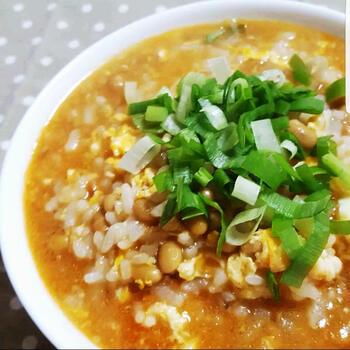 珍しい納豆を使った雑炊。思えば、ご飯との組み合わせなので、合わないわけがないですね◎ 納豆のネバネバが出汁に溶け出すとほどよい粘りになり、するするとのどを通ります。味付けは、コチュジャンでピリ辛に仕上げて。