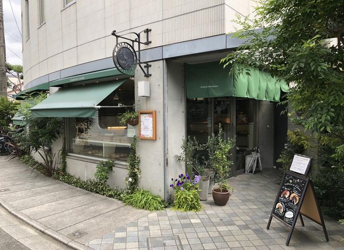御成町の路地裏、瀟洒な建物に緑の暖簾が印象的な「鎌倉利々庵(りりあん)」は、数多ある鎌倉のベーカリーの中でも際立って支持を得ている人気店です。【鎌倉駅西口から徒歩3分の程の場所にある「鎌倉利々庵」】