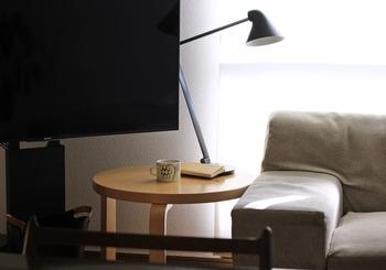 こちらのブロガーさんは、ソファーの横にサイドテーブルを置くことにしたのだそう。シンプルな丸テーブルで、インテリアの邪魔にならないサイズ感も良いですね♪