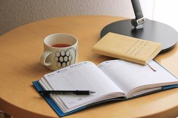 最近、ソファーに座って読書をする機会が増えた、メモ書きをすることが多くなった、なんてときにおすすめ。本や雑誌、スタンドライト、お茶を入れたマグカップなどをささっと置けるので、おうち時間をさらに充実させることができますよ。