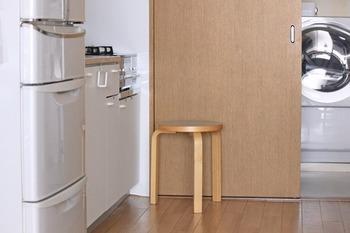 キッチンはすっきりと動きやすいスペースが大事ですが、長時間立ったままでいると疲れてしまうことも。そんなときには、こちらのブロガーさんのように、シンプルなスツールを置いてみましょう。プチ模様替えでは、スペースの快適化も重要なポイントです♪