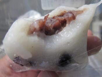 餡を包む分厚い餅は、丹念に搗かれているため、柔らかで滑らか。  たっぷり入った豆は歯ごたえ良く、ほのかな塩味が効いて、中身のつぶ餡との相性が絶妙。小豆餡も甘みが程よく、誰もが納得の名物です。賞味期限はその日のうち。来店しなくては、食べられない絶品の塩大福です。