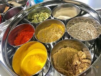 インドカレーに欠かせないミックススパイス「ガラムマサラ」。カルダモン、クミン、クローブなどのスパイスを調合します。手作りして、本格的なインドのスパイスカレーにチャレンジしてみませんか。