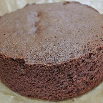 まず土台となるチョコ味のスポンジケーキを焼きます。本場の「ザッハトルテ」では、バターとチョコレートを混ぜ合わせたものに、卵、薄力粉を合わせて、焼き上げます。チョコレートを入れると油脂の割合が多くなり、どっしりとした食感に。  チョコレートを入れた生地は気泡が消えやすく、ふくらみが出にくくなることもあるため、おうちでつくる「ザッハトルテ」では、薄力粉にココアパウダーを混ぜてつくるレシピでも大丈夫。どちらもそれぞれ違った美味しさを楽しめます。