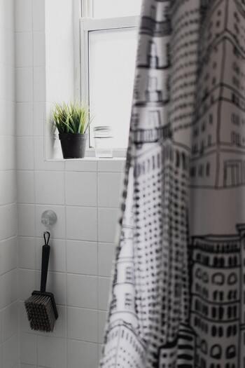 浴室に馴染むシンプルなものから、デザイン性の高いものまで色々あります。鮮やかな色や大きな柄が入ったものは、浴室の雰囲気をがらっと変えてくれますよ。