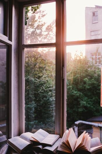 10早く起きたら、窓を開けて空気を入れ替えましょう。そして自然から聞こえてくる音に耳を澄まし、ぐーんと伸びながら深呼吸。起きてすぐにテレビを付ける習慣がある人は、せめて10分OFFの時間を。静寂の時間を感じ、楽しみましょう。