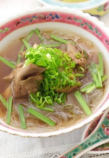 肉骨茶はマレーシアやシンガポールで食べられている伝統料理です。漢方スープで骨付き肉を煮たもので、スターアニス(八角)も欠かせないスパイスに。