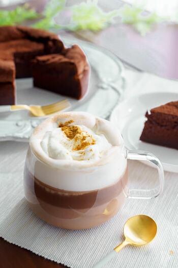 シナモンパウダーをパラリと加えて、ホットチョコレートも大人の味わいに。ビターチョコレートで甘さを抑えて作りたいですね。