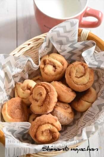 シナモンパウダーと砂糖を合わせたシナモンシュガーがあれば、シナモンロールも作れます。ホットケーキミックスを使えば手軽!