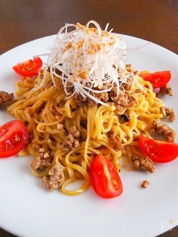 豆板醤やラー油など唐辛子を使った調味料で「辣(ラー)」の辛味を加えたりする担々麺ですが、花椒をプラスすることで「麻」の辛味が追加されて、さらに奥深い辛味が広がります。辛いもの好きの人にはたまらないですよね!お好みで花椒の量は調節を。