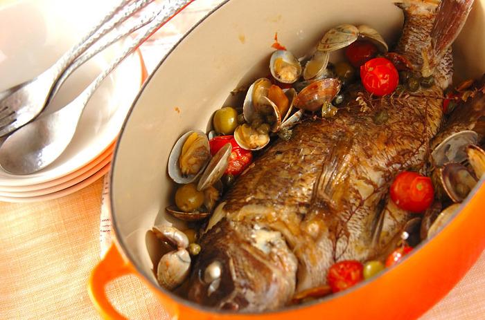 鯛をまるごと使った豪華なアクアパッツァ。一見難しそうですが、鯛を両面焼いたら、アサリと白ワインを加えて蒸し焼きにするだけなので意外と簡単!トマトやグリーンオリーブ、ケイパーを加えれば、色鮮やかなメイン料理の完成です。