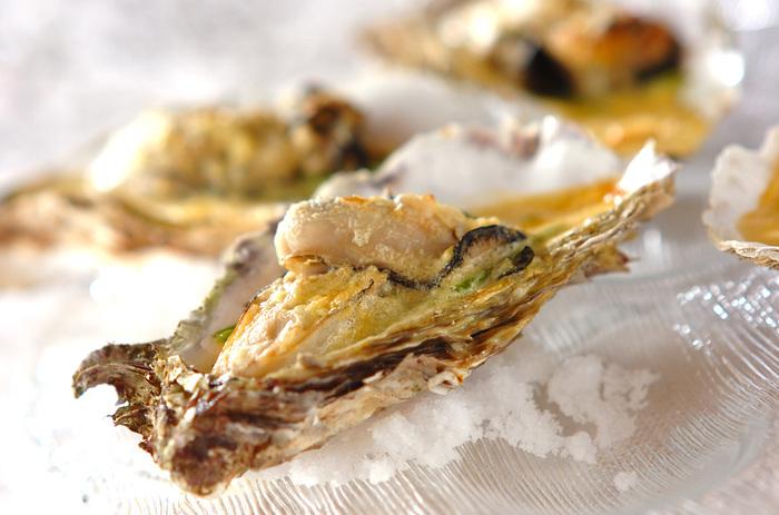 牡蠣を殻ごとクリーミーなグラタンに。殻ごと使うと見た目も豪華に仕上がります。クリーミーなソースと磯の旨みが引き立つ、ワインによく合うレシピです。