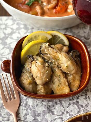 牡蠣をバターとにんにくで香りよく炒めたバターガーリックソテー。ぷりっとした食感と磯の旨みがしっかりと堪能できるシンプルな一品です。