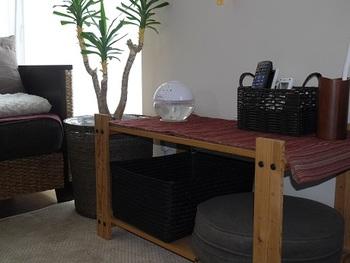 サイドテーブルは、おうちにある家具で代用可能。使っていない低めの棚などもぜひ選択肢に入れてみてください。こちらのブロガーさんの活用している棚は物を置いても余裕があるので、ちょっとしたテーブルになりそうですね。下の段にも物を収納することでお部屋が広く使えそう。使っていないものを工夫して活用するのもプチ模様替えの楽しみのひとつ♪