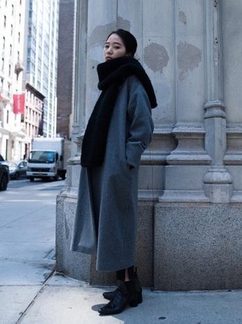さらりと肩にかけるシンプルな巻き方は、洗練された大人の余裕と格好良さが感じられますよね。ボリューミーなマフラーに対してシンプルなグレーのコートと黒のショートブーツは、雰囲気を更に引き立てスタイルを良くみせてくれます。