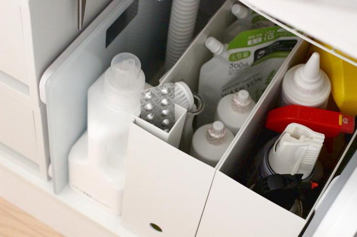 水道のパイプが通っており収納が難しい洗面台下のスペースも、ファイルボックスを使えば有効に使えます。掃除・洗濯洗剤やシャンプーのストックなどを、種類別に分けることで使い勝手もアップ。生活感が出がちなパッケージも外側からは見えないので、スッキリとした印象に仕上がります。無印良品のファイルボックスは丸い穴に指をかけられるので、引き出しやすさもばっちりです。