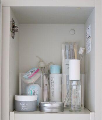 清潔感が漂うアクリルボックスは、洗面台の鏡裏収納にぴったり。透明なのでラベル付けしなくても、何がどこにあるか一目で見つかるのが魅力です。スキンケアアイテムやコスメなど、定位置をつくっておけば「ピンセットどこだっけ?」などと探し物をすることもなくなります。