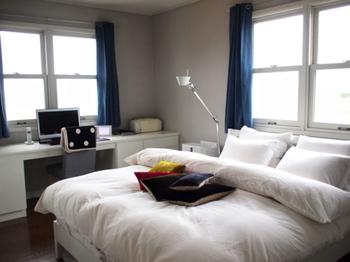 こちらのブロガーさんのお部屋は、青いカーテンと白い布団カバーがスッキリとした印象ですね。こちらのお部屋も、カーテンと布団カバーを変えると……