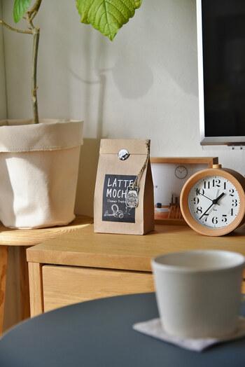 こちらのブロガーさんが飾っているのは、フレグランスチップが入った袋ですが、クラフト紙のコーヒーのパッケージみたいで癒されます。朝起きたときにぱっと目に入って明るい気持ちになれる小物を、意識して置いてみるのもおすすめです♪