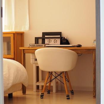 こちらのブロガーさんの寝室にあるデスクは、コンパクトな椅子がとってもかわいらしいです。寝る前に少しパソコン作業をしたり、日記を付けたりしたいときにデスクがあると便利。コンパクトなアイテムを探して、お部屋の隅に置いてみるのも良いですね♪