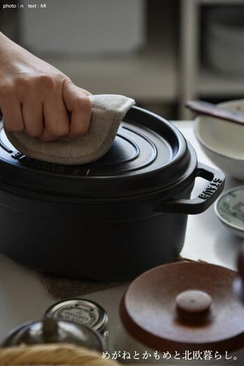麻100%で使いやすく、衛生面も安心な無印良品の丸形のキュートな鍋つかみ。中心にアクセントのようにつけられた縫い目の効果で掴みやすさもバッチリ。