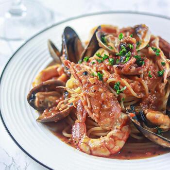 海老、イイダコ、ムール貝などの魚介をふんだんに使ったペスカトーレは、旨みたっぷりのトマトソースが決め手!海鮮がいっぱい入っているので、他に副菜がなくてもこのひと皿だけで満足できますよ。