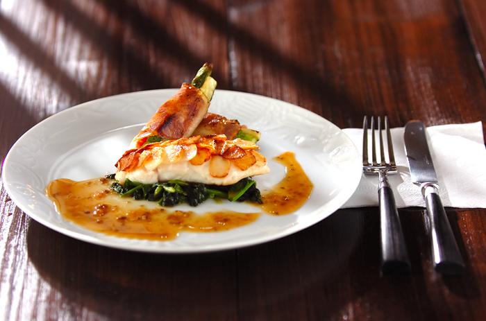 ペーストにしたホタテを鯛に塗ってじゃがいもを貼ってうろこ風にしたおしゃれなレシピ。鯛の周りにアルベールソースをかければ、レストランのような高級感のあるひと皿に。魚介とカリッほくっとしたじゃがいもの異なる食感が格別です。