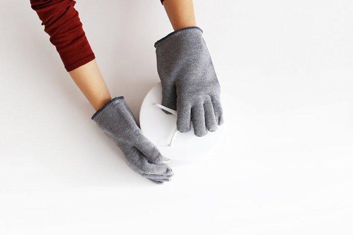オーブンから熱々のグラタン皿やケーキなどを取り出すとき、厚手のミトンなどでは、指先の細かな動作がうまくいかないことも。しかし、こちらの中川政七商店の二重軍手タイプの鍋掴みなら、オーブンやレンジからお皿や器を取り出すときや、炊飯器から炊き立てのご飯の内釜を取り出すときなど、細かな動作がきくので動作も快適に行なえます。