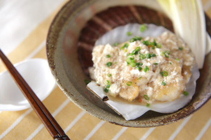 ホタテにカニのあんかけをかけた贅沢な一品。殻をそのまま器代わりに使うと特別感がアップしますね。卵白を使ったあんかけはふんわりとした口当たりで、魚介の旨みが口いっぱいに広がります。