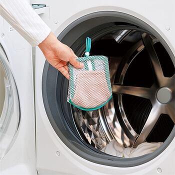布マスクの型くずれを防ぎながら洗濯機で洗えるネット。立体構造で、洗ったらそのまま広げて干せるのもポイントです。