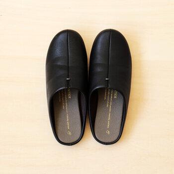 まるで外靴のようなしっかりとした履き心地がクセになるこちらのスリッパは、2016年にグッドデザイン賞を受賞した優れもの。なんとこちらは靴屋さんで一点一点靴型を使って丁寧に作られているんです。
