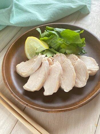 鶏ハムのレシピは多くありますが、炊飯器を使ったこのレシピは放っておけるので簡単です。柔らかく仕上がった鶏ムネ肉はしっとりジューシーで鶏モモにひけをとりません。そのまま食べるのはもちろん、作り置きやお弁当にも重宝します。