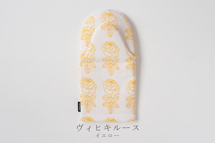 そしてなんと言っても北欧ならではの明るくいつまでも色褪せないハイセンスな柄が魅力的。こちら日本語で結婚式のバラの意味を持つ「Vihkiruusu」は、マリメッコを代表するデザイナーのマイヤ・イソラ氏が1964年に発表したデザイン「Maalaisruusu」を小さくリデザインしたもの。シンプルなバラのデザインながら幸せあふれる素敵な柄としてキッチンや食卓を明るくしてくれます。