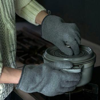 さらに鍋掴みはサッとつけて外せることも重要なポイントです。こちらは、口にはゴムを入れずに広めに作られているため、つけるときも外すときも楽チン。また手にフィットしやすく動かしやすいように指先も短めに仕上がっています。