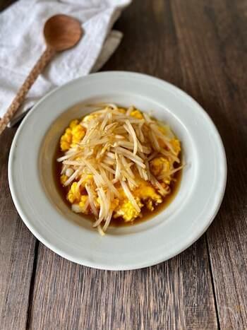 同じく卵ともやしだけで手軽作れる炒めもの。しかも甘辛い生姜焼きのタレが食欲をそそり、肉がなくてもご飯がおいしくいただける節約レシピです。
