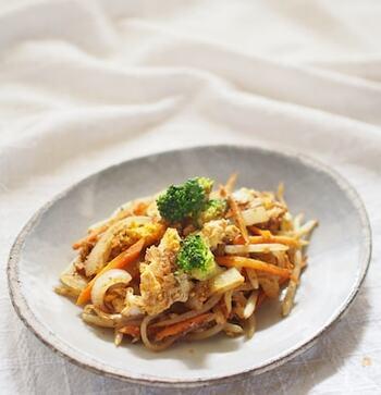 食欲をそそるカレー風味の炒めもの。いつもおうちにある人参や玉ねぎを使って作れるうえに彩りも良いのでお弁当のおかずにも最適です。
