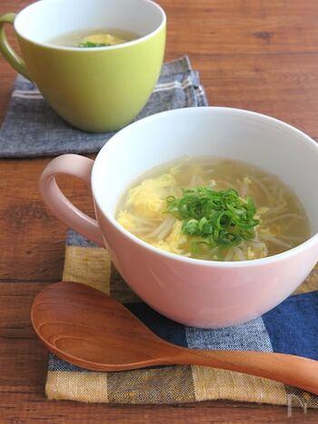 簡単に作れて身体もポカポカになる生姜スープ。手早く作れるのも嬉しいポイントですが、時間があるときはもやしのひげ根をとることで、シャキッと食感もおいしい仕上がりに。