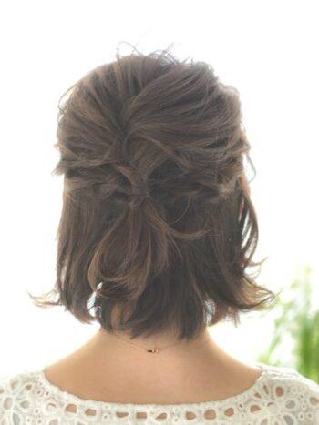 サイドの髪をゆるくねじって、ピンで留めるだけのナチュラルなハーフアップ。髪はふんわりと巻いて可愛らしく仕上げて。