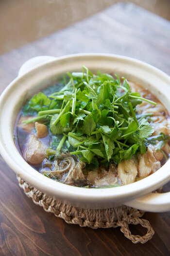 あっさりとした鍋にたっぷりのセリを入れて食べるセリ鍋。宮城県仙台市が有名ですが、根っこも一緒に提供されているお店もあるんですよ。  セリの根っこは少し固いので大きめの根はやわらかくなるまで火を通すと食べやすくなります。味はセリそのもの! セリの根っこまで鍋に入れると通ですよ。