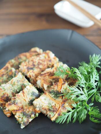 根菜類は皮の近くの方が栄養があります。レンコンの皮は薄いので皮付きのまま食べられますよ。  皮が付いていると気になる人はすりおろして使うのがおすすめ。レンコンとおからを使ったチヂミはいかが? すりおろしたレンコンはもちもち食感に。