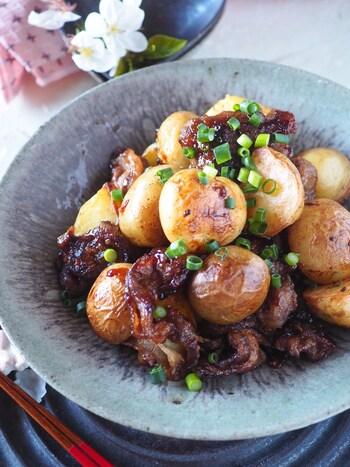 皮付きの新ジャガと牛肉を甘辛く炒めたご飯がどんどん進みそうなレシピ。  ジャガイモの皮にも栄養があり、普通のジャガイモでも皮ごと食べられます。ポテトサラダも皮ごと調理すると味わい深いお味に。  表面が青くなっているジャガイモはソラニンを含んでいるので皮を取り除いてから調理しましょう。