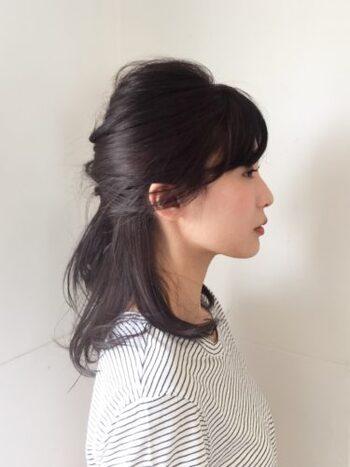 くるりんぱと編みこみをミックスしたようなハーフアップで大人の上品な雰囲気を演出。シンプルなのでヘアアクセサリーで華やかにすると◎。