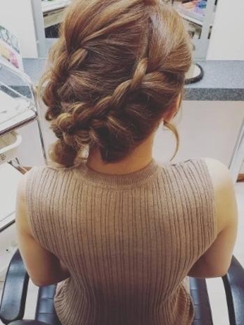 海外で人気のウォーターフォールという編み込みのヘアアレンジ。全体をゆるく巻いておくと可愛く仕上がります。結婚式なので髪飾りはシンプルでいて華やかさがあるものをチョイスしてみて。