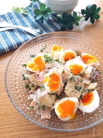 甘いさつまいもにロースハム、半熟卵で作るごちそうサラダは、甘じょっぱい味の組み合わせも抜群。副菜としてだけでなく、ボリュームもあるので軽めのランチにも使えます。