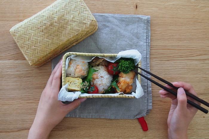 あたたかみのある竹ひごのお弁当箱。おにぎりだけを入れてもおいしそうに見えます。お家でのランチにおにぎりを作る時も、お皿ではなくて竹ひご弁当箱に盛るだけで、ピクニックしている気分になれそう。