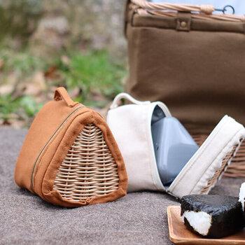おにぎり専用バッグがあると、鞄の隙間におにぎりを入れられてコンパクトに持ち運べます。こちらは保冷機能が備わったおにぎりバッグです。バスケットのような見た目が特徴的で、鞄から出した時もテンションが上がるはず♪