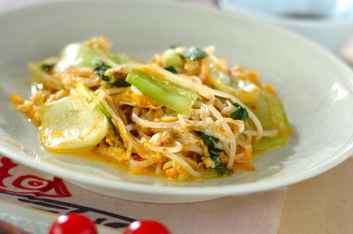 和風味が多い卵とじですがこちらはウスターソースと豆板醤で味付けをするピリ辛味で、ご飯にもお酒にも合います。野菜はもやしの他にチンゲンサイも入り、彩りもバッチリ。