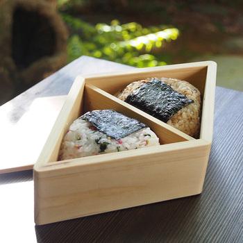 おにぎり2個を入れるのにぴったりな木製弁当箱。シンプルでモダンなデザインは、どんなおにぎりもおいしく見せてくれます。真ん中の仕切りを外せば、普通のお弁当箱としても使えますよ。